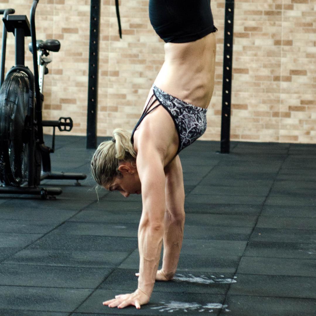 Mobilité Cours composé d'exercices de stretching, de yoga et d'automassage pour redonner de l'amplitude et de la stabilité aux muscles et articulations.